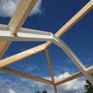 Vrijstaande woning te Leunen: gevelmetselwerken bijna gereed en houten dakconstructie in volle gang