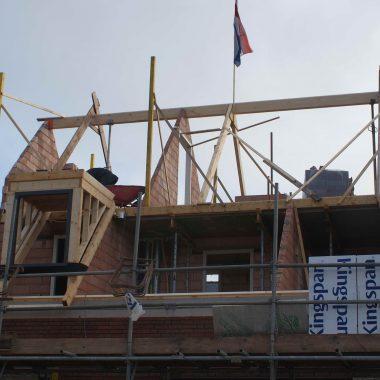 Nieuwbouw vrijstaande woning te Mierlo: hoogste punt bereikt en gevelmetselwerken in volle gang