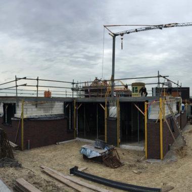 Vrijstaande moderne nieuwbouw woning te Venray: 1e dek gestort en gevelmetselwerken in volle gang.