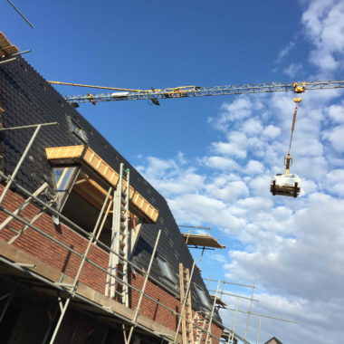 Tweekapper te Oirlo: dakplaten geslagen & dakpannen gedekt